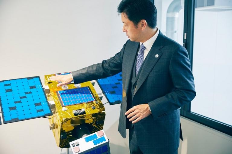 岡田光信氏と人工衛星