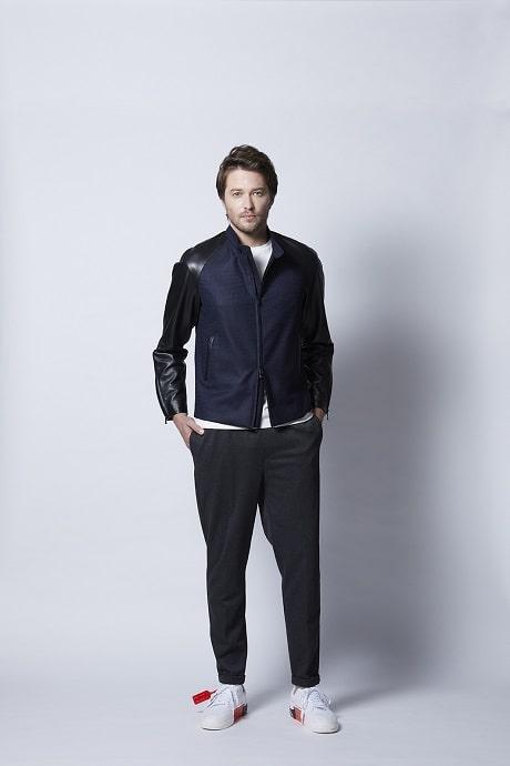 ライダースジャケットを着用する男性