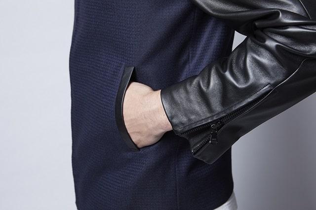 ライダースジャケットを着用する男性の手元